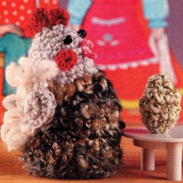 Курочка и яичко связаны крючком 2 из остатков пряжи красного, серого и белого цветов (50% шерсть, 50% акрил)...