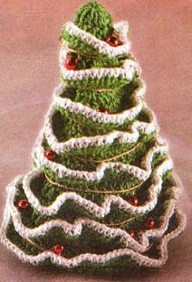 Симпатичная зеленая елочка, припорошенная снегом, и украшенная.