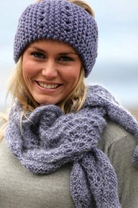 Сиреневый комплект связан спицами.  Состоит из вязаной повязки и вязаного шарфа.