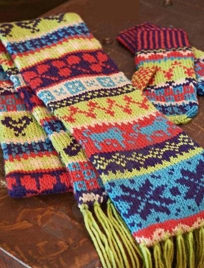 Яркий жаккардовый узор для шарфа и варежек спицами.
