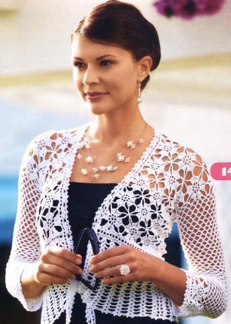 Воздушный белоснежный пиджак выполнен крючком из цветочных мотивов и ажурного узора из веерочков.